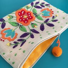 Comenzamos con los cursos-taller: Aprende hacer carteras sobre bordadas paso a p… We start with the workshop courses: Learn to make portfolios on embroidery step by step Mexican Embroidery, Embroidery Bags, Crewel Embroidery, Embroidery Patterns, Diy Clutch, Boho Bags, Fabric Bags, Handmade Bags, Sewing Projects