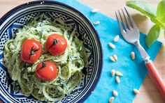 Recept courgettespaghetti met cashew-pesto Healthy Foods To Eat, Healthy Eating, Raw Food Recipes, Healthy Recipes, Pesto, Couscous, Clean Eating, Veggies, Vegan