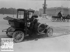 Taxi, place de la Concorde. Paris, 1912.