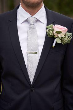 Det er viktig å få med detaljene. Og brudgommens detaljer er like viktige som brudens. Jeg fotograferer alt det som er viktig å huske fra den store bryllupsdagen.   #detaljer #bryllupsinspo #Bryllupsinspirasjon Studios, Suit Jacket, Breast, Fine Art, Wedding, Fashion, Lantern, Creative, Valentines Day Weddings