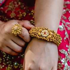 The Azva gold bead and kundan bangle Boards: Weddingsutra Gold Bangles Design, Gold Jewellery Design, Designer Bangles, Rajputi Jewellery, Hand Jewelry, Women's Jewelry, Jewelry Ideas, Antique Jewelry, Jewelry Making