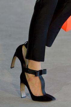 phe-nomenal: Roksanda Illincic Spring 2014 rtw Love that Heel! Hot Shoes, Crazy Shoes, Me Too Shoes, Zapatos Shoes, Paris Mode, Bow Heels, Kinds Of Shoes, Beautiful Shoes, Fashion Shoes
