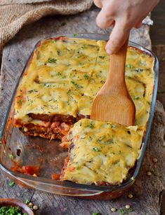 Delicious lentil moussaka with eggplant and potatoes. This popular Greek . - Delicious lentil moussaka with eggplant and potatoes. This popular Greek dish can be easily prepare - Greek Recipes, Meat Recipes, Whole Food Recipes, Vegetarian Recipes, Healthy Recipes, Lentil Recipes, Vegan Gluten Free, Gluten Free Recipes, Vegetarian
