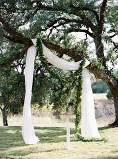 Jessie Bennett Weds Kirby Alford See photos & details from Jessie Bennett & Kirby Alford's vintage organic Austin wedding at Pecan Springs Ranch featured in Brides of Austin - White cotton altar draped down a tree Photo: Jen Dilender Photography Lilac Wedding, Tree Wedding, Wedding Beauty, Rustic Wedding, Wedding White, Outdoor Wedding Altars, Wedding Arches, Drapery Wedding, Altar Wedding