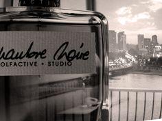 Olfactive Studio CHAMBRE NOIRE - Zmysłowy i tajemniczy Chambre Noire wyłania się z cienia za pomocą strumienia światła. Stopniowo ujawnia swój charakter, roztaczając zmysłowe nuty skóry, ciepłe i bogate.
