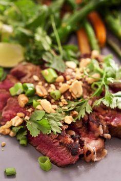 """Boeuf thaï façon """"Tigre qui pleure"""" Tous les ingrédients pour exotiser une viande d'excellente qualité: cacahuètes, coriandre fraîche, cives et citron vert. Le piment est en option, au goût de chacun!"""