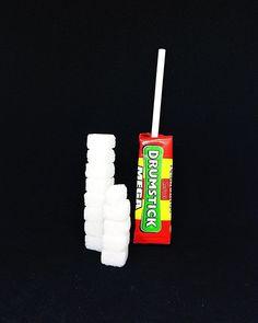 Hver Drumstick inneholder 246 gram sukker. Dette tilsvarer 123 sukkerbiter. . Sukkeret av dette produktet: glukosesirup hvitt sukker . Les mer om sukker etiketter sukkerindustri markedsføring eller sukkeravhengiget på www.utensukker.org Instagram