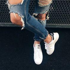 トレンドの白スニーカーを一発でキレイにするお手入れ方法をご紹介します!靴が薄汚れていると残念コーデになってしまうので注意が必要です。まぶしいほど白いスニーカーで夏のコーデをワンランクアップさせましょう♡