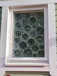 """Marikan ideaa ylistetään somessa - vanhat lautaset saivat uuden elämän ikkunassa: """"Miten tuo on tehty?"""" Glass Garden, Garden Art, Home And Garden, Old Window Projects, Diy Projects, Modern Christmas, Christmas Diy, Mosaic Glass, Glass Art"""