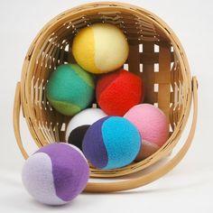 Kijk wat ik gevonden heb op Freubelweb.nl: een gratis werkbeschrijving van While She Naps om deze speelballen van vilt te maken https://www.freubelweb.nl/freubel-zelf/zelf-maken-met-vilt-speelballen/