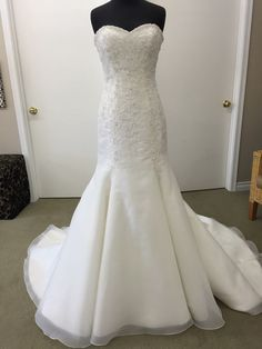 Fit And Flare Ivory Size 6 Bridal Gown