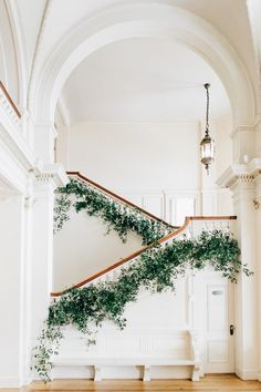 Malerische Cairnwood Estate Märchenhochzeit, gekräuselt - Home Design Stair Decor, Greenery Garland, Banisters, Railings, Martha Stewart Weddings, Interior Exterior, Interior Ideas, Palace Interior, Interior Livingroom