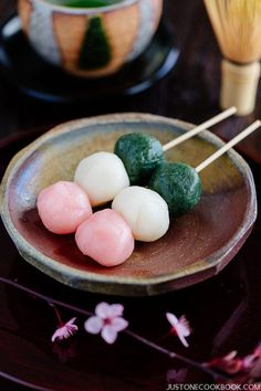 Hanami Dango is enjoyed during cherry blossom viewing in Japan. These three-color rice balls (Sanshoku Dango) is a popular treat in spring! Mochi, Easy Japanese Recipes, Asian Recipes, Sushi Recipes, Japanese Sweets, Japanese Food, Dango Recipe, Asian Desserts, Gourmet Desserts