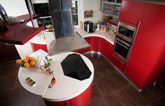 Nieduża, nowoczesna, czerwona kuchnia. Red modern kitchen. http://decoart24.pl/ #DecoArt24 #dekoracje #decorations #inspiracje #inspirations #kitchen #kuchnia #interior #wnętrze
