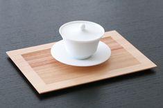 Natural cedar tea tray, made to present the tea wares in a modern way. Japanese Tea Wares at Everyone's Tea Tea Tray, Tea Bowls, Chinese Tea Cups, Japanese Tea Set, Japanese Tea Ceremony, Japan Design, Teapots And Cups, Bone China, Stoneware