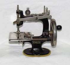 c1930s Singer SewHandy #20 Girls Miniature Teaching Sewing Machine
