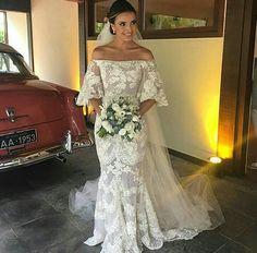 Vestido de noiva ombro-a-ombro com manga flare. ❤