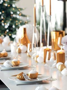 Décoration moderne pour la table de Noël  http://www.homelisty.com/table-de-noel/