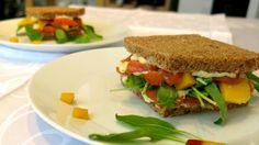 questo sandwich di salmone e mango, arricchito da una salsa speziata con rafano e zenzero, dà un tocco orientale a questo fresco e veloce light lunch...