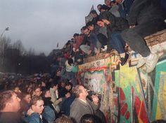 Em cima de muro, berlinenses comemoram a reunificação das Alemanhas em dezembro de 1989  Foto: AFP