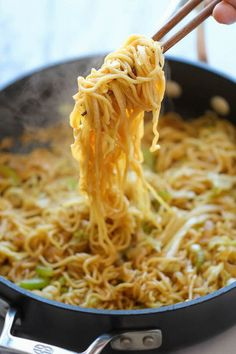 Panda Express Chow Mein Copycat - Tastes just like Panda Express except it takes just minutes to whip up and tastes a million times better! Tastes just like Panda Express except it takes just minutes to whip up and tastes a million times better! Asian Noodle Recipes, Asian Recipes, Top Ramen Recipes, Panda Express Chow Mein, Asian Cooking, Mets, Restaurant Recipes, Copycat Recipes, Pasta Dishes