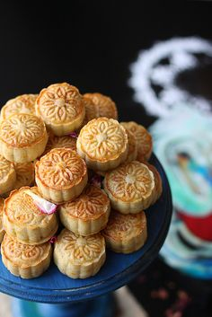 Stuffed Cookies - Pastry stuffed with nuts and dates Arabic Sweets, Arabic Food, Arabic Dessert, Date Recipes, Sweet Recipes, Moon Cake Mold, Cookie Recipes, Dessert Recipes, Biscuits