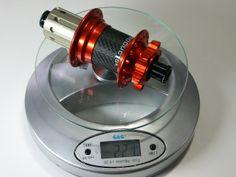 POP-Products MTB Hinterrad Nabe Orange mit 3k Carbonkörper und 32-Loch auf der Waage.