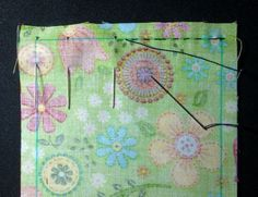 Cosido a mano Tutorial Patchwork, Patches, Quilts, Tela, Hand Stitching, How To Sew, Romantic Clothing, Totes, Quilt Sets