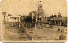 Construcción de la iglesia catedral de Yurimaguas y al frete se encuentra la plaza de armas de la misma ciudad. Primera foto. Lugar: Loreto, Perú