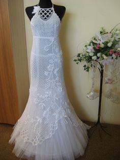 Puntos empleados :       Este punto esta hecho con 6 cadenetas con un hilo degrosorn·5 .       Para hacer este vestido :   En prim...