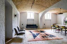 Velký vlněný koberec s abstraktním vzorem si zamilovali majitelé i interiéroví designéři. Vyrobila ho v roce 1968 tradiční polská firma Kowary; Archiv studia