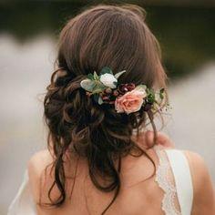 Chaotisch Brauthochsteckfrisur mit Blumen