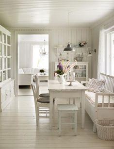 Matplats i vitt. I matrummet är nästan allt romantiskt vitt. Glasskåpet bakom matbordet är arvegods från Tones mans släkt. Vitt glasskåp från House doctor.
