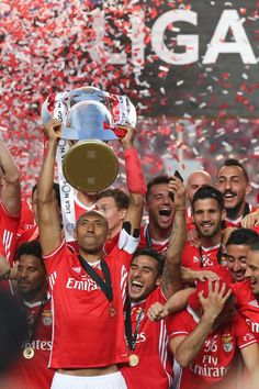 O Benfica sagrou-se este sábado tetracampeão, após uma goleada frente ao Vitória de Guimarães. Siga a festa a par e passo. Football Love, First Love, Portugal, Boys, Image, Madness, Picture Cards, Baby Boys, Child