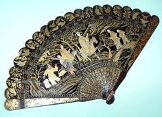 SUPERB MUSEUM QUALITY ANTIQUE CHINESE GOLD LACQUER FIGURAL SCENE BRISE FAN