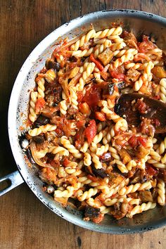 Chez Panisse Eggplant, Caramelized Onion and Tomato Pasta // Roasted eggplant, caramelized onions, fresh tomato sauce and a hint of sherry vinegar combine to make this late-summer pasta dish truly fantastic. Healthy Eggplant, Eggplant Recipes, Vegetable Recipes, Vegetarian Recipes, Healthy Recipes, Vegetable Dishes, Healthy Foods, Pasta Recipes, Cooking Recipes
