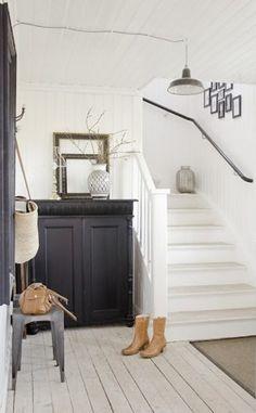 witte trap met zwarte trapleuning