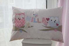 Liebevoll und sehr aufwändig gestaltetes Kissen aus hochwertigen Stoffen mit Eulen und Vögelchen und Name an der Wäscheleine in zarten rosa- und bl...