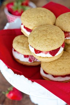 Strawberry Shortcake Whoopie Pies-So delicious and a creative twist on a classic dessert! Strawberry Shortcake Recipes, Strawberry Desserts, Chocolate Strawberries, Covered Strawberries, Whoopie Pie Recipe Best, Whoopie Pies, Just Desserts, Delicious Desserts, Breakfast