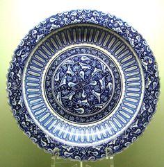 Plat à décor en réserve sur un fond bleu de cobalt, vers 1480. Il s'inspire de porcelaines bleues et blanches de l'époque Yuan (1271-1368) - Istanbul Archeological Museum (Çinili Köşk)