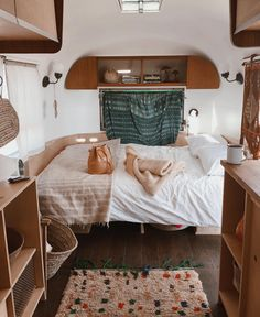 caravan interior 681802831073245416 - 56 Warm RV Interior Winter Decor for Enjoy Your Trip, Source by fraufroehlichschreibt Airstream Remodel, Airstream Interior, Camper Renovation, Vintage Airstream, Vintage Campers, Vintage Rv, Vintage Caravans, Trailer Remodel, Vintage Trailers