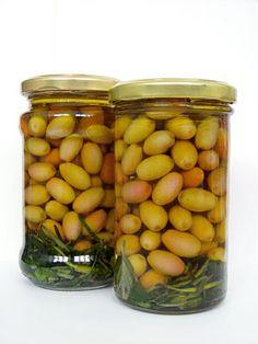 ein fröhlicher Snack aus unreifen Kornelkirschen, der wie eingelegte Oliven schmeckt