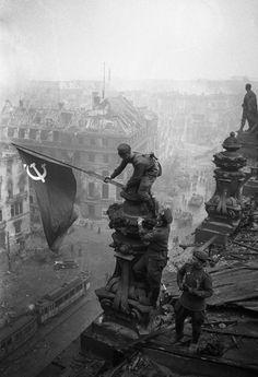 Bandera de la URSS plantada en el Reichstag, 1945