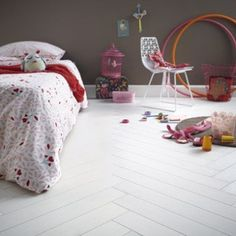 White parquet: the naturalness of the material for light-laden environments - ULWIX Planchers En Chevrons, Parquet Chevrons, Diy Pallet Furniture, Parquet Flooring, Bedroom Colors, Warm Colors, Scandinavian Style, Rustic Style, Playroom