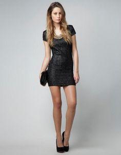 Vestido de fiesta corto en color negro con mangas largas y destellos metálicos - Foto Bershka