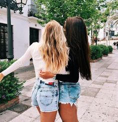 Every blonde need a brunette bff Bff Pics, Photos Bff, Bff Pictures, Best Friend Pictures, Friend Photos, Best Friends Forever, Blonde And Brunette Best Friends, Shooting Photo Amis, Best Friend Fotos