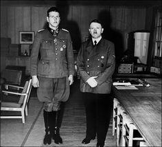 Skorzeny, recibido por Hitler, aparentemente en la Guarida del Lobo (cuartel de Hitler en la hoy Polonia), tras el rescate de Mussolini, en 1943. ©Ullstein Bild / Getty Images