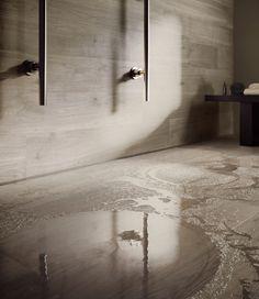Pour une salle de bains chaleureuse at authentique, mettez une petite touche de bois ! Les revêtements de sol en grés cérame ont la côte et imitent parfaitement le bois avec un choix de nuances très varié. Besoin d'inspirations ?  Un projet d'aménagement ou de rénovation ? Contactez-nous!  #bois #wood #grescerame #salledebains #bains #bathroom #deco #design #interieur #maison #decoration #scandinave #nature #carrelage Decoration, Authentique, Taupe, Abstract, Artwork, Deco Design, Warm, Shades, Scandinavian