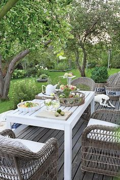 Essen im Freien Come sit with me in the garden Outdoor Rooms, Outdoor Dining, Outdoor Gardens, Outdoor Decor, Dining Table, Garden Furniture, Outdoor Furniture Sets, Gazebos, Mesa Exterior