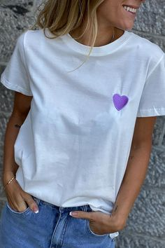 Une broderie coeur lilas sur un tee-shirt blanc Look Short, V Neck, T Shirts For Women, Blouse, Collection, Tops, Fashion, White People, Embroidery